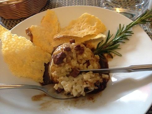Risotto rime ici avec figatellu ; concentration des arômes, l'assiette est dense avec des goûts appuyés