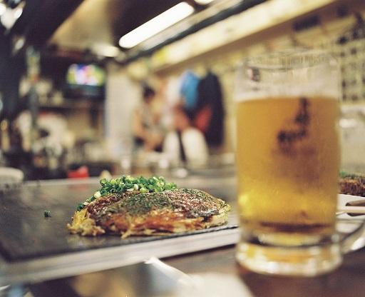 Dans les échoppes japonaises, de Kyoto à Hiroshima en passant par Sendaï ou Gifu, la population accompagne ses okonomiyaki d'une bière Asahi...
