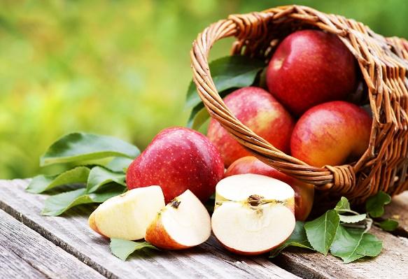 """Korb mit frischen Äpfeln """"Evelina"""""""