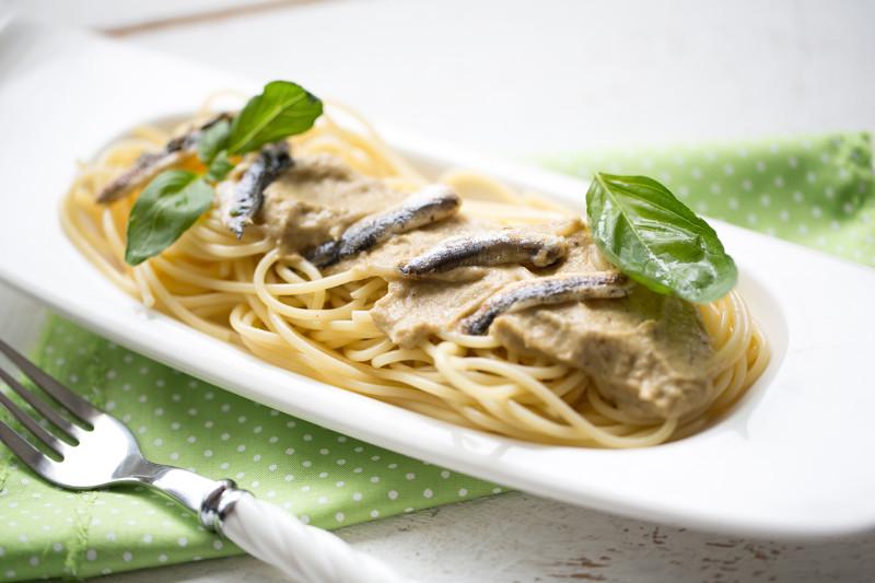 Spaghettis, sauce aux anchois et aubergine