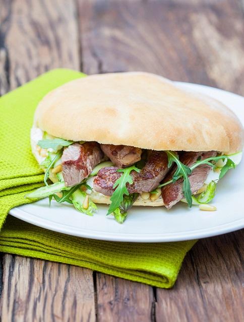 Sandwichs à l'émincé d'agneau, fromage de brebis et asperges vertes