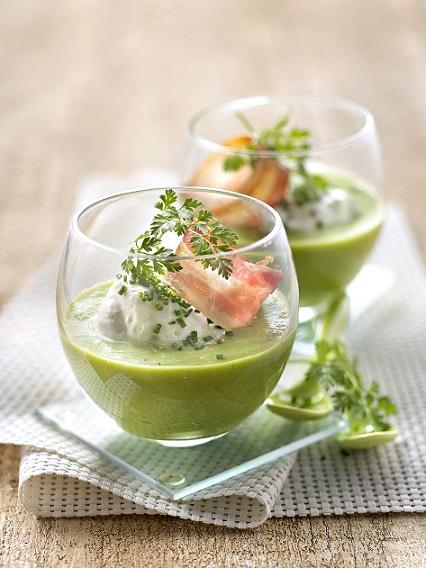 Velouté glacé de salade romaine, fromage frais fouetté aux herbes et lard croustillant