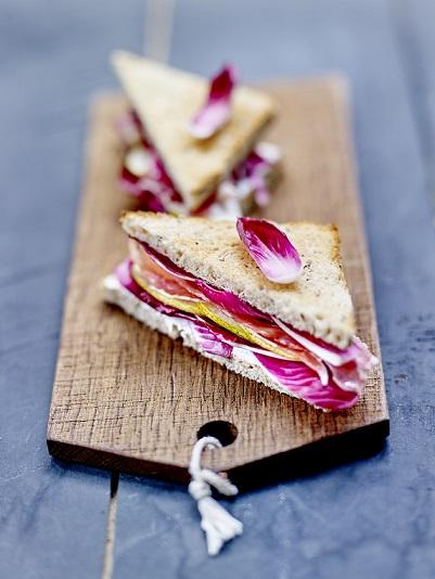 Sandwich jambon fumé, poires et carmine