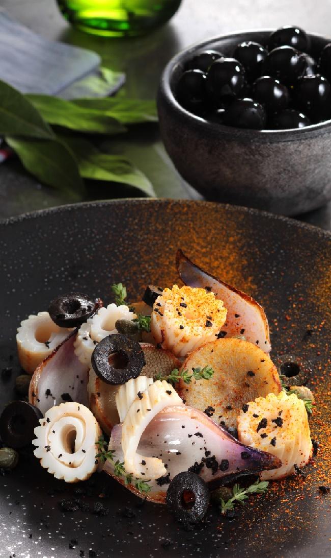 Calamars flashés, artichauts aux olives noires et cumin